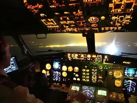波音737雾天夜间盲降,这引导灯也太闪了
