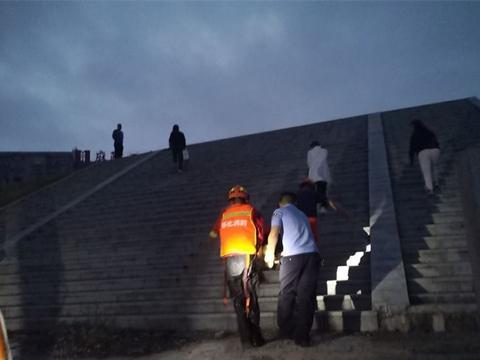 女子心情不好坐在大桥上,因恐高不慎坠河,晨练居民发现后报警