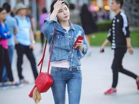 长袖牛仔衫,搭配修身牛仔裤,展现简约经典的时尚美感