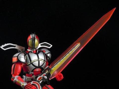 """假面骑士圣刃:圣刃""""剑握人""""专属,来比比谁的剑最长"""