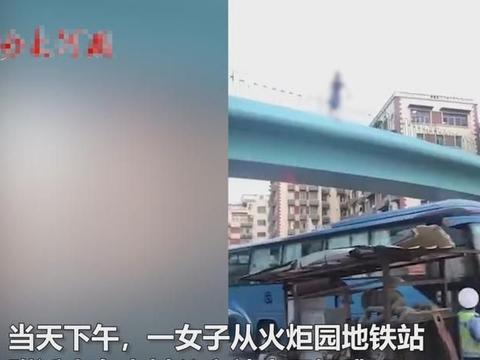 厦门一女子天桥跳下,砸中过路大巴车后摔向地面,现场让人揪心