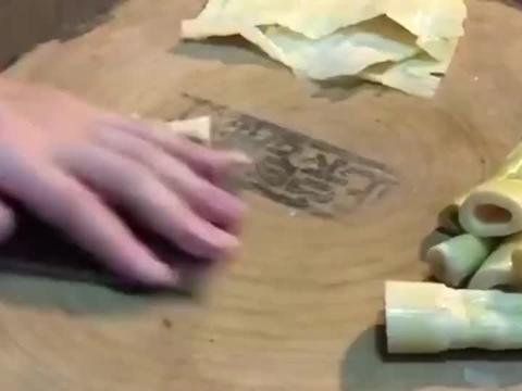 饭店厨师的刀工厉害,把竹笋直接加工成片