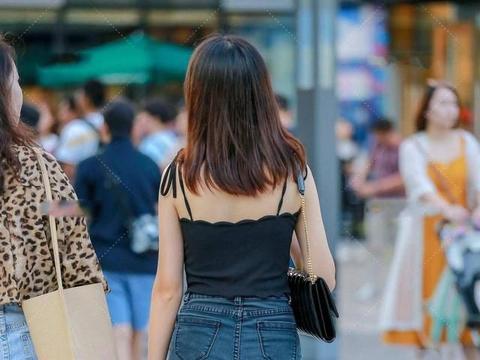 牛仔短裤穿搭look,简约时尚的风格,是你喜欢的吗?
