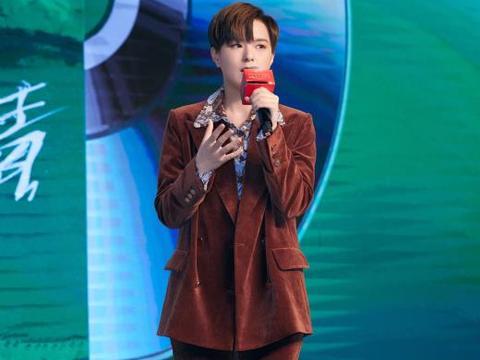Sunnee杨芸晴身着 CARVEN 2021春夏系列复古西装套装出席发布会