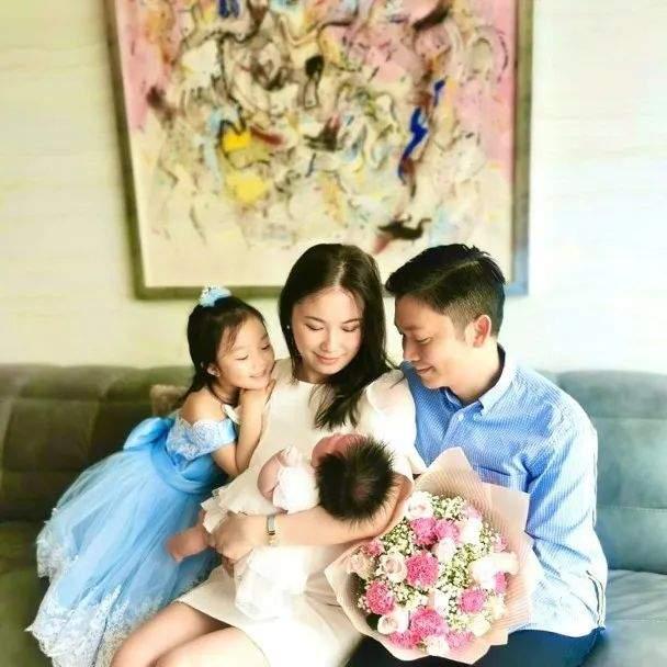 TVB港姐冠军剖腹产二胎后,首次晒全家福:最好的母亲节礼物!