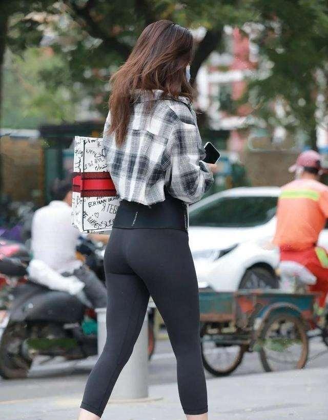 黑色低领上衣搭配黑色打底裤,更显时尚活泼,十分拉风。
