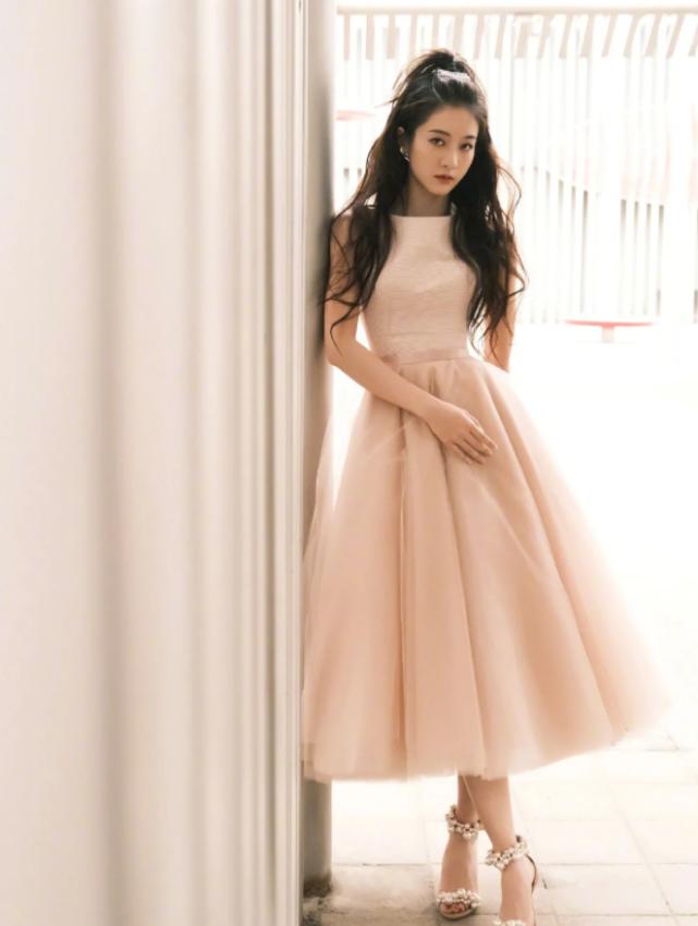 """张雪迎的""""花瓣鞋""""火了,配公主裙美成焦点,不愧是当代颜主"""