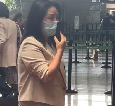 35岁超女何洁在机场被偶遇,身材臃肿驼背明显,与个人晒照差别大