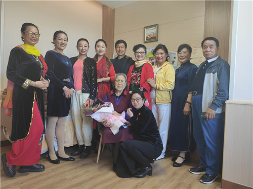 唐山社区教育学院话剧团母亲节当日慰问老艺术家张琴