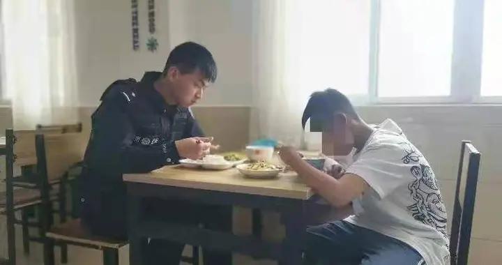 为去常州寻父灌南11岁男童车站行乞,民警真情帮扶助其回到父亲怀抱