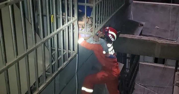 3岁女童被卡防盗网 消防员托举救援