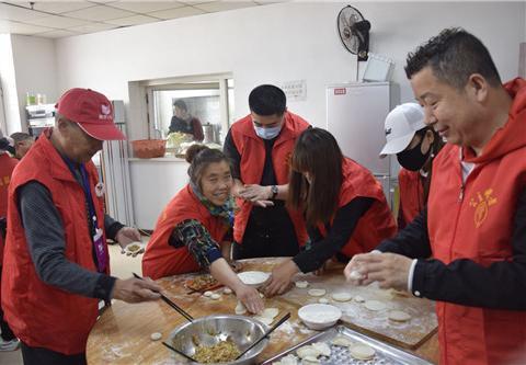 吉林省公主岭市志愿者走进明珠养老院为老人包饺子