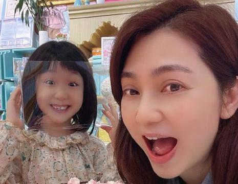 洪欣晒照庆祝母亲节,7岁彤彤亲手为妈妈做蛋糕,身边不见张丹峰