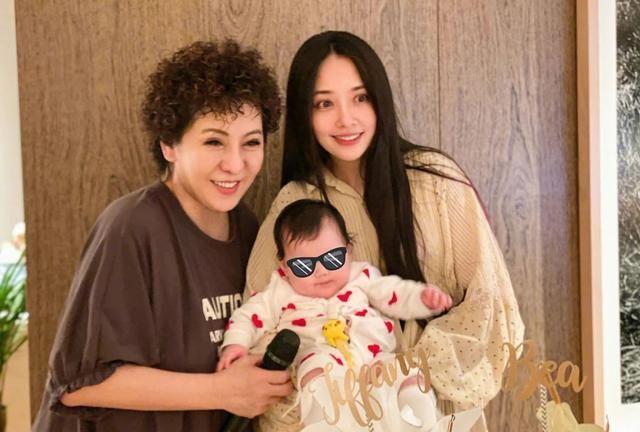 向佐为郭碧婷庆祝第一个母亲节,亲切称之小向太,向太也换休闲装