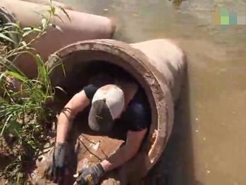 男子河边散步发现神秘管道,下去后竟抓出庞然大物!