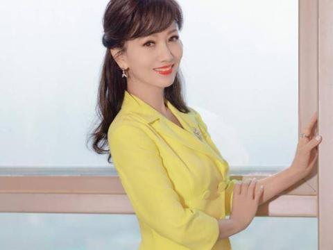 """赵雅芝虽是""""老阿姨""""辈的人,但穿的比小姑娘个性,穿网纱更时尚"""
