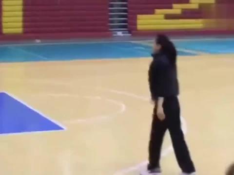"""学校公认的篮球女神!不仅长的漂亮,这三分球也是很""""靓""""啊!"""