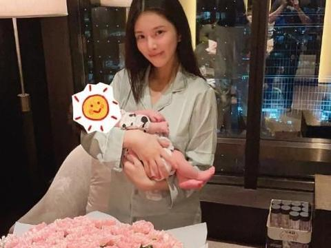 王灿分享高奢月子生活,晒女儿萌照庆首个母亲节,小蛋饺头发稀疏