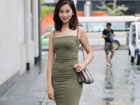 墨绿色修身裙,中长版型更显大气庄重,显示出优美曲线