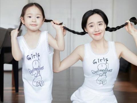王智晒亲子照,女儿小米长相高级可爱,像一个模子刻出来的
