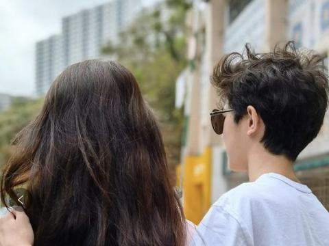 袁咏仪14岁儿子罕晒照,揽妈妈肩膀高调示爱,棱角分明比妈妈还高