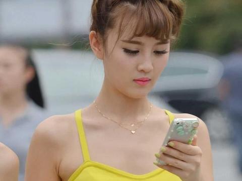 黄色吊带上衣搭配浅绿色短裙,青春时尚,活力十足