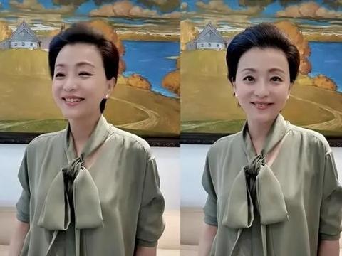53岁杨澜真老了,穿蝴蝶结衬衫过母亲节脸瘦了一圈