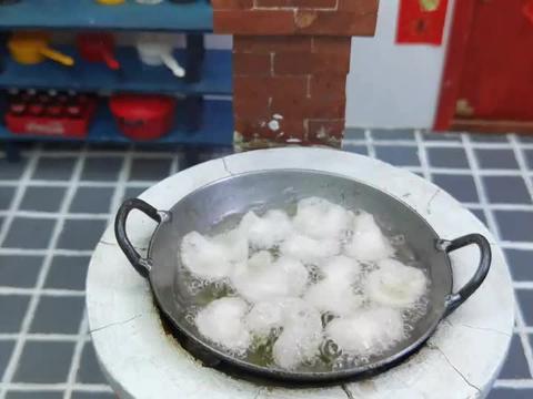 迷你厨房,把奥特曼放进180度的油锅,做成炸虾片,会更好吃吗?
