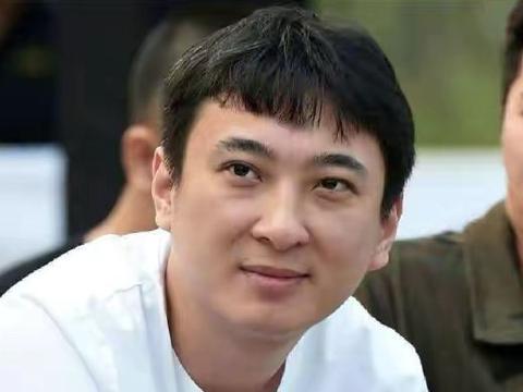 王思聪带网红美女排队购物,女方长相清秀,此前多次传出绯闻
