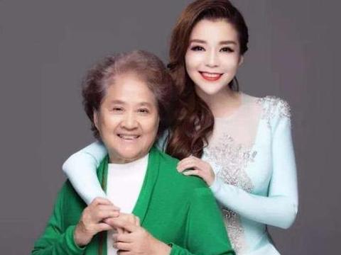 朱迅祝84岁妈妈节日快乐,颜值绝不输女明星,今头发花白富态十足