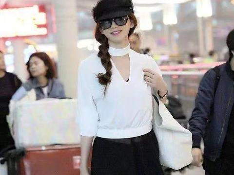 林志玲打扮真有日系味,白色上衣配黑色破洞裤简约温柔,优雅细腻