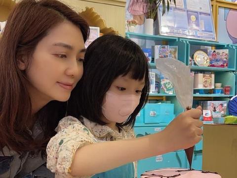 洪欣获女儿送手作蛋糕 7岁彤彤像爸爸张丹峰