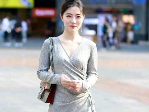 灰裙子穿出知性的风韵,修身的裁剪,显露出纤细的小腿很吸引人