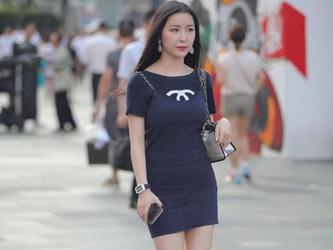 经典的深蓝色个性穿搭,黑色鞋底打造出轻盈奢华
