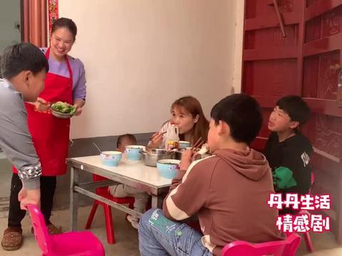 丹丹给孩子煮大骨头汤下面条,自己忍着吃水煮青菜,减肥太痛苦了