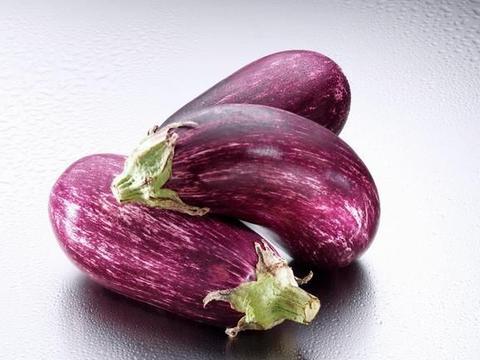 茄子有浅色的,也有深色的,营养和口感区别大,吃法不同选择不同