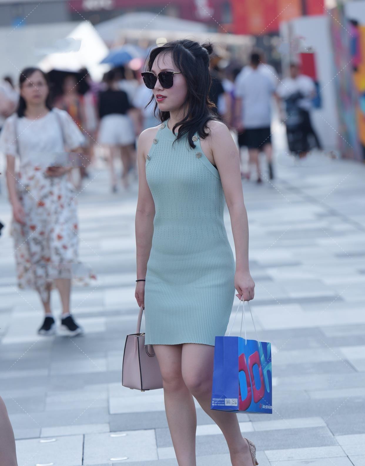 薄荷绿针织裙,搭配樱粉色鞋包,充满时尚生命力的清爽穿搭