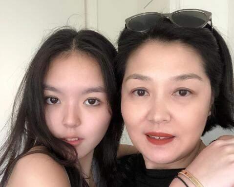 李咏女儿母亲节晒合影照,称赞妈妈是超级女人,哈文暖心回应幸福