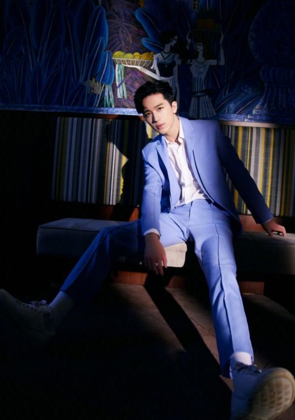 """许魏洲现身五一晚会,穿水蓝色西服显活力,不愧是""""总台新宠"""""""