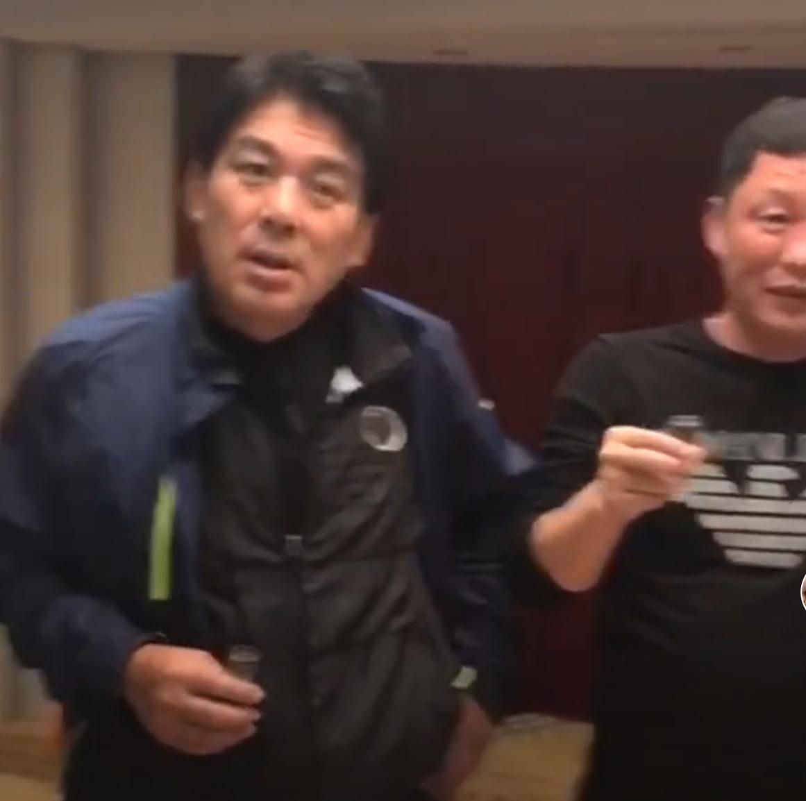 67岁朱时茂与好友聚餐!头发乌黑啤酒肚明显,被人敬酒还装耳背