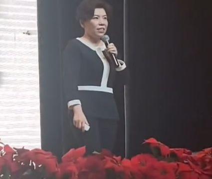 奥运冠军邓亚萍到学校演讲,15岁儿子上台献花,母子俩长相似复制