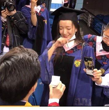 北大毕业典礼上,一男博士求婚女硕士成功,网友直呼:科研人的爱情太甜了!