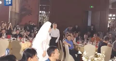 女儿出嫁妈妈却穿上了婚纱,真相超甜超暖