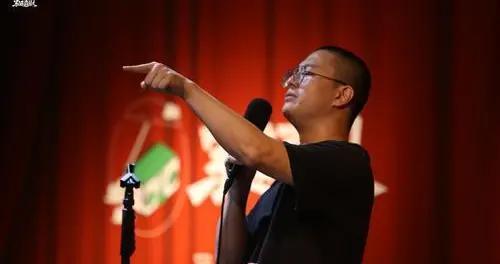 大学生幽默起来不比池子差,首届重庆大学生脱口秀大赛开赛