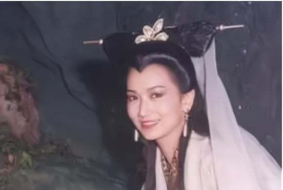 """赵雅芝不再""""扮嫩"""",展现出66岁应有的模样,网友:总算是老了"""