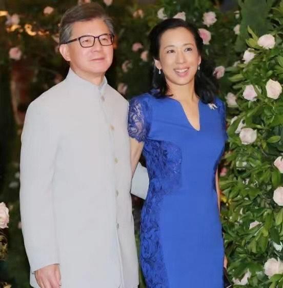 朱玲玲真懂贵妇打扮,穿蓝色连衣裙高贵大方,难怪二婚也嫁豪门