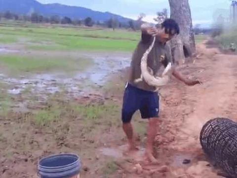 男子野外游泳捡到竹筒,倒出里面的东西差点酿成大错!