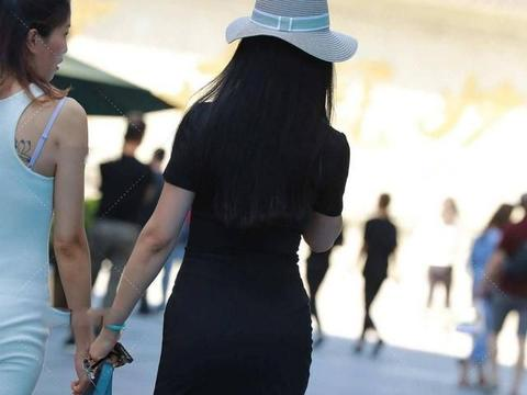 黑色修身裙,搭配珍珠耳环时髦洋气,高级感十足