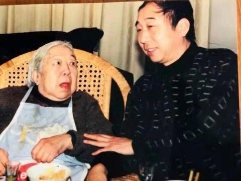 冯巩想念母亲晒旧照,忙的母亲认不出来,家庭基因很强