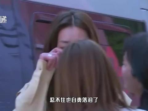 刘雯自责落泪,因宣布吴昕妈妈待定自责痛哭,后被二人合力劝导